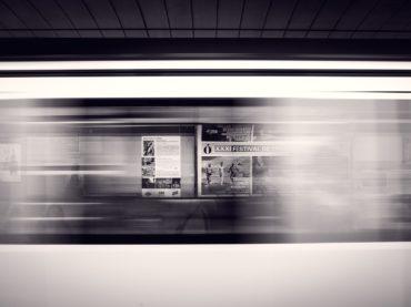 Czy warto inwestować w stojaki reklamowe?