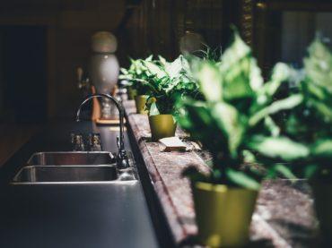 Meble kuchenne — butelkowa zieleń i szkło