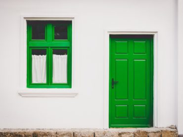 Aranżacja wnętrz w domu drewnianym – czy jest w niej jakaś różnica?