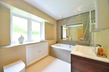 Dostojność i charakter, czyki kupujemy klasyczne meble łazienkowe